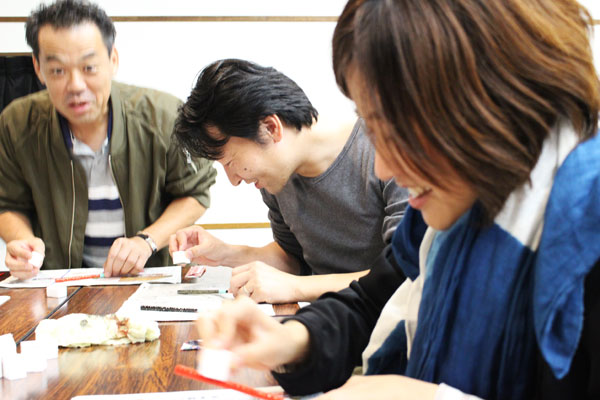 【螺鈿(らでん)技法】の箸作りで体験(八女市)